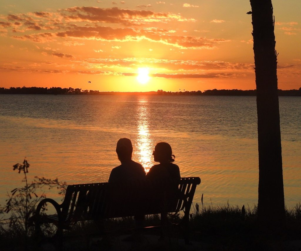 coucher de soleil en couple